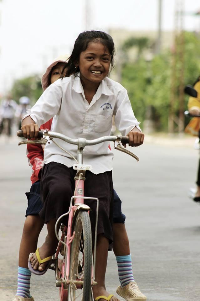 Kinder auf dem Fahrrad, Kambodscha