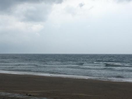 風が北西に変わり少し強めに吹いていてサイズは膝からモモぐらいの風波でまとまりはありませんが久しぶり少し遊べますよ🏄🏿♂️😊🤙
