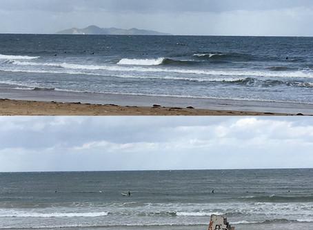 今日の岩屋の波は? 北東サイドがやや強めに吹いていてサイズは、正面でモモから腰腹!! 漁港で膝からモモ!! まとまりのない風波です。