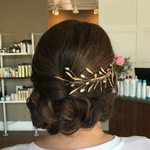 How pretty is she __ I love this Gold accessory it finishes this style up perfectly 🙌🏻 Hair _sheen