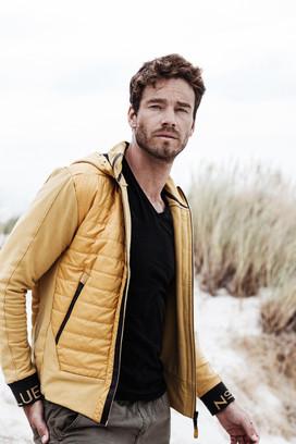 Mode Katalog Fotoshooting Mann am Strand