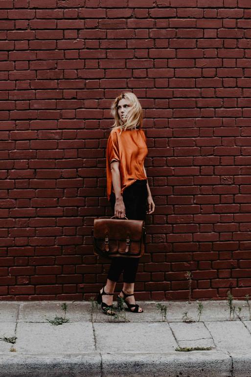Modestrecke Fashionshooting Frau mit Tasche