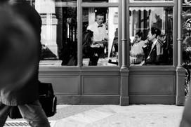 Mann vor Restaurant Fotograf