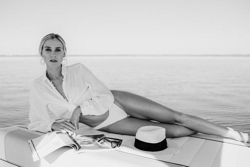 Frau auf Boot Fashion Fotoprodktion