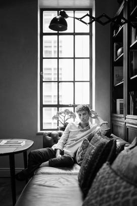 Mann im Zimmer schwarz weiss Fotografie