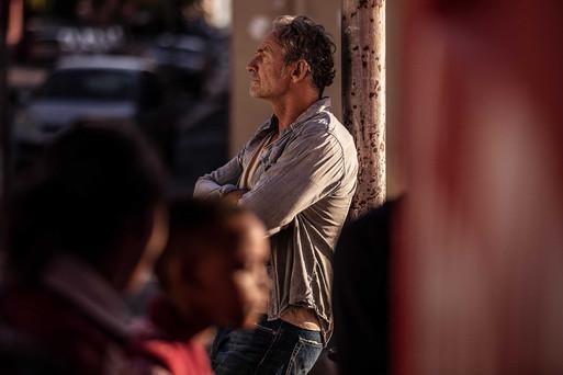 Mann lehnt an der Wand Lifestyle Fotograf