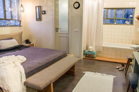 אמבטיה פתוחה לחדר השינה