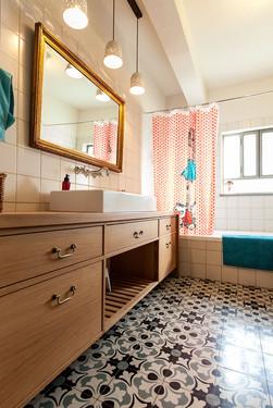 אמבטיה עם רצפה מצויירת