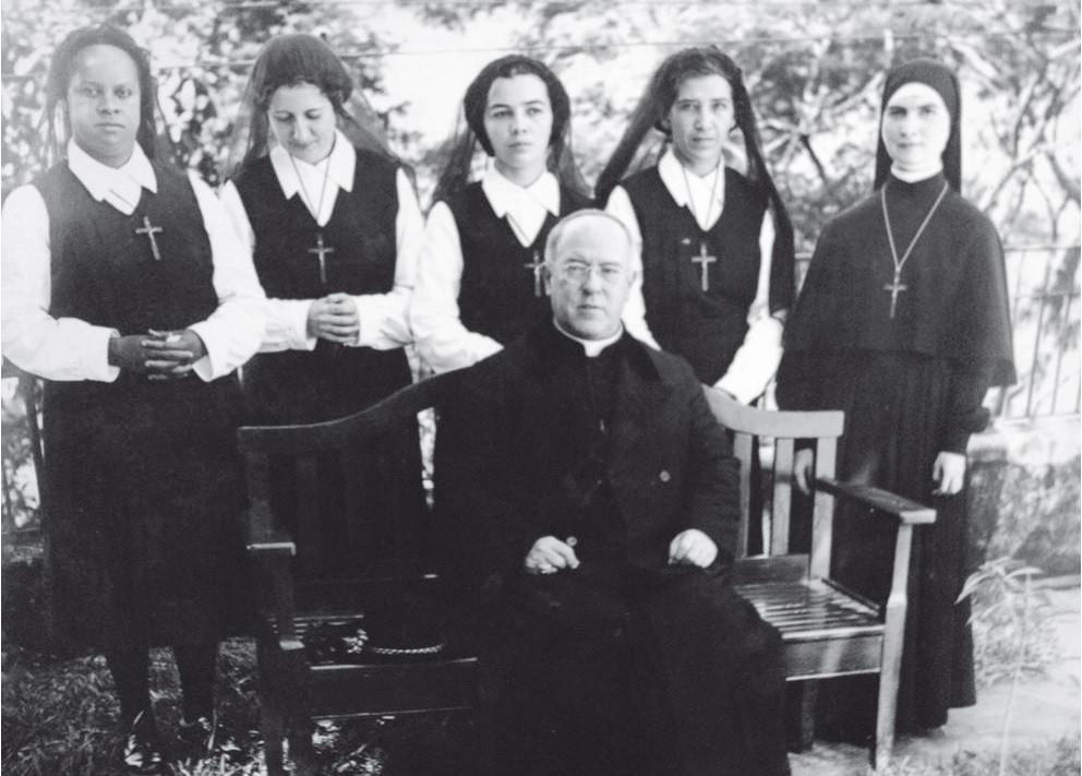 Na foto, as quatro postulantes e Ir. Maria Celeste,  D. Jaime de Barros Câmara, em 15 de junho de 1946.