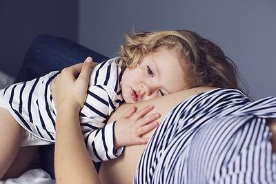 naissance, arrivée d'un nouveau né dans une fratrie, accueillir le nouveau bébé, coach parental,  parentalité bienveillante, parentalité consciente, relation frère-soeur