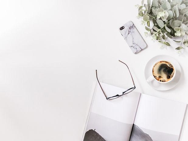 moment de travail avec un café un téléphone portable un magazine et des lunettes