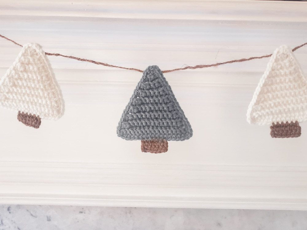 These crochet Christmas trees also make adorable coasters or appliques.
