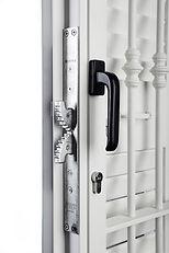 Particolare serratura doppio gancio