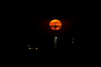 La luna e la gru