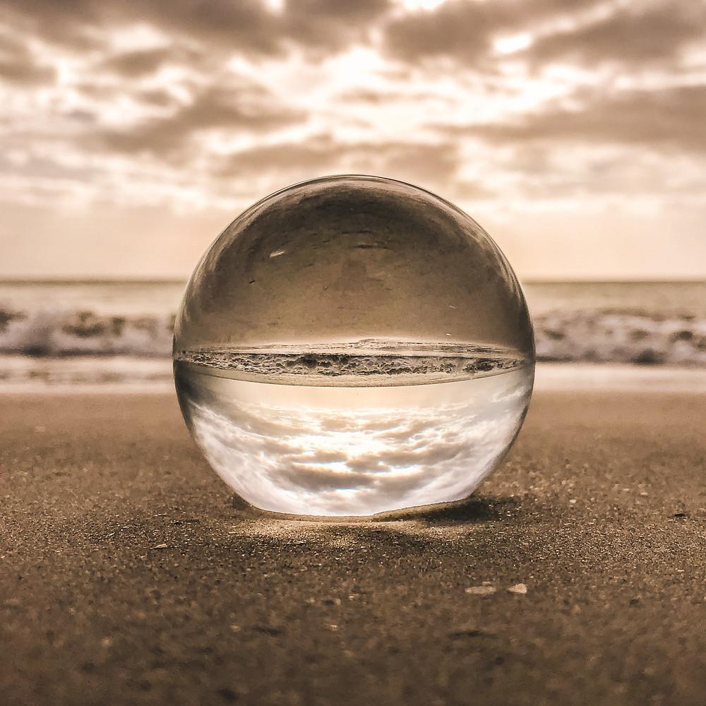 Bola de vidro a reflectir a praia