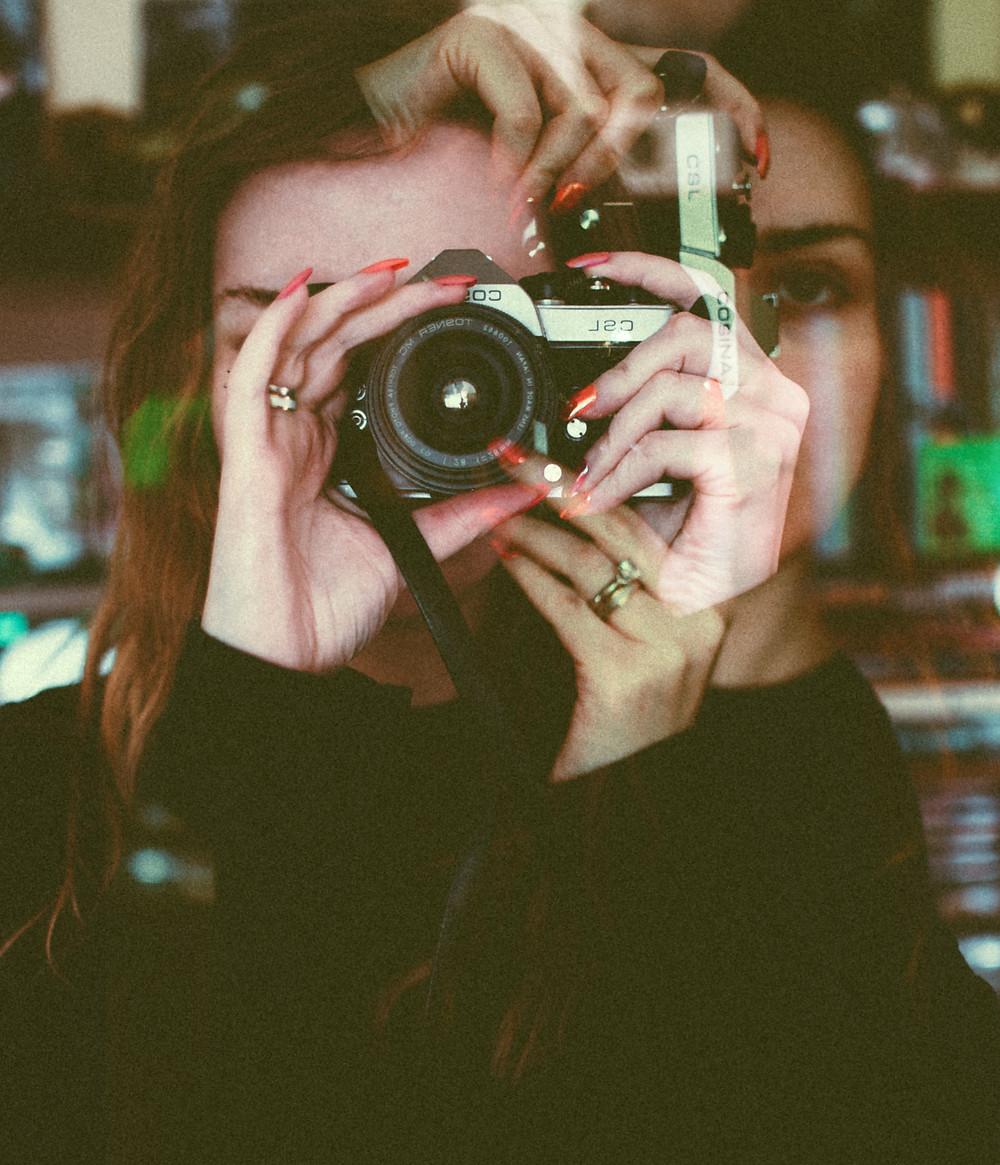 Mulher a tirar foto a reflexo