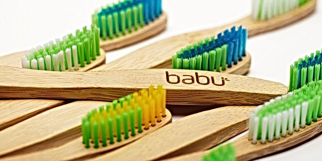 Escova de dentes de bambu em deRAIZ