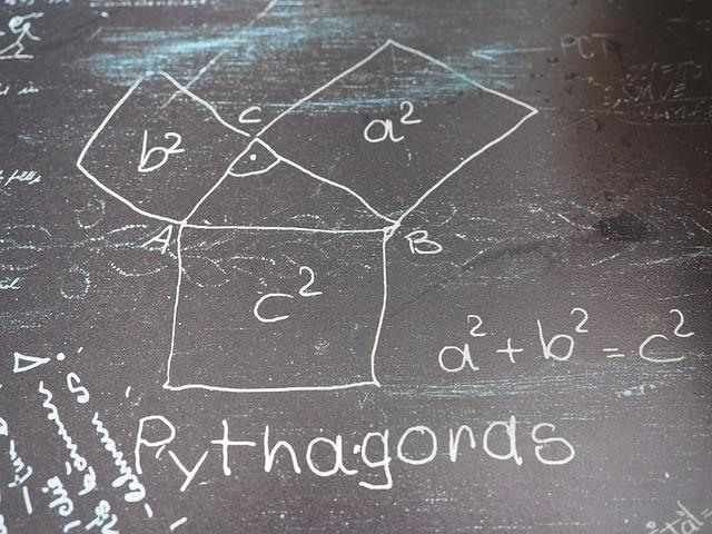 Teorema de Pitágoras desenhado em pedra de xisto
