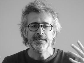 Dialogando diretamente com a literatura, Caco Galhardo transita entre o humor e a crítica