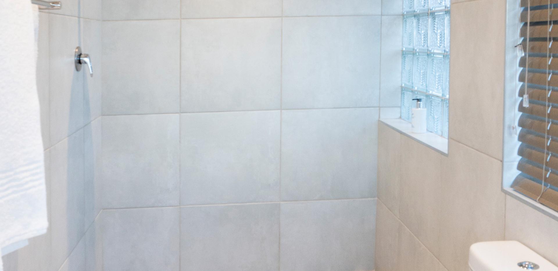 Jeffreysbay_Lux_apartments_Unit8_Shower.