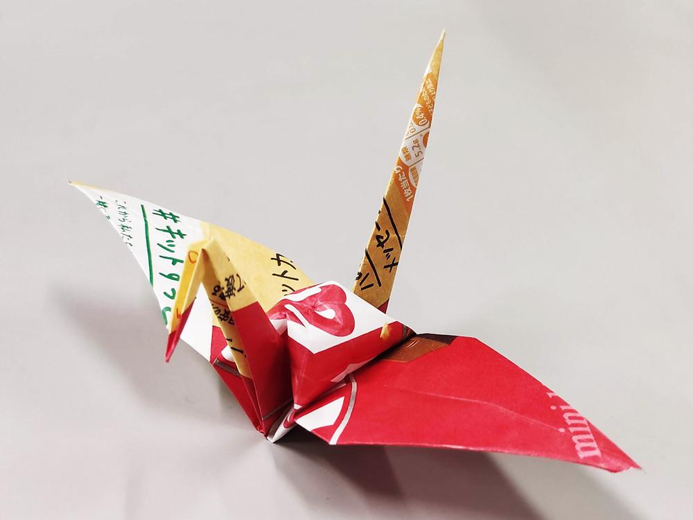 折り鶴(キットカットの紙パッケージを用いて)