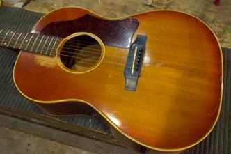 Gibson B-25 ブリッジ剥がれ Gibson SG Baritone ネックリセット Martin ooo-28 EC Hi-Fi取り付け Adamovic 5st ルミンレイ追加加工