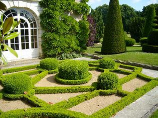 Chateau_dAzay-le-Ferron_French_Garden.jp