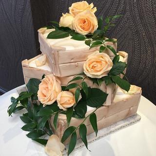 Rose crate wedding cake 🌹.jpg