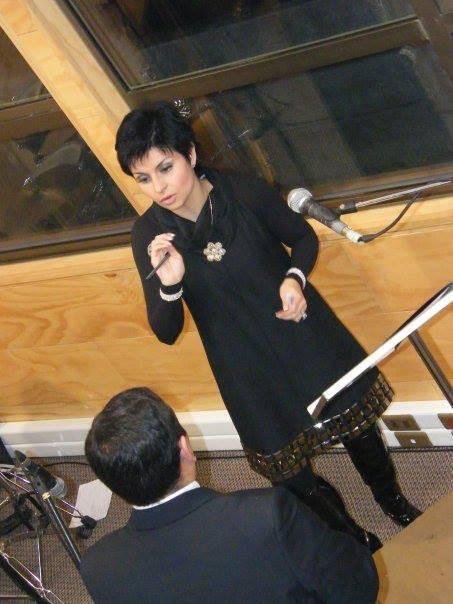 Dalma Díaz, coordinando un evento