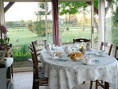 Véranda avec petit déjeuner chambres d'hôtes du Paillé
