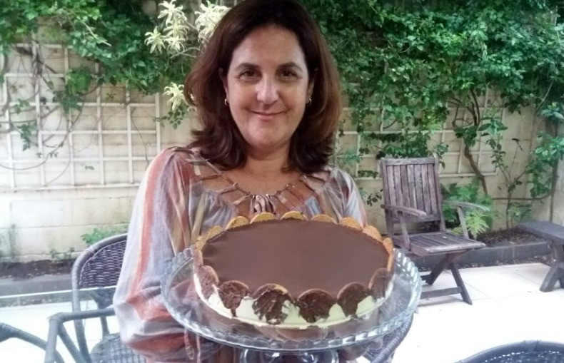 Imagem de Silvia segurando a torta holandesa