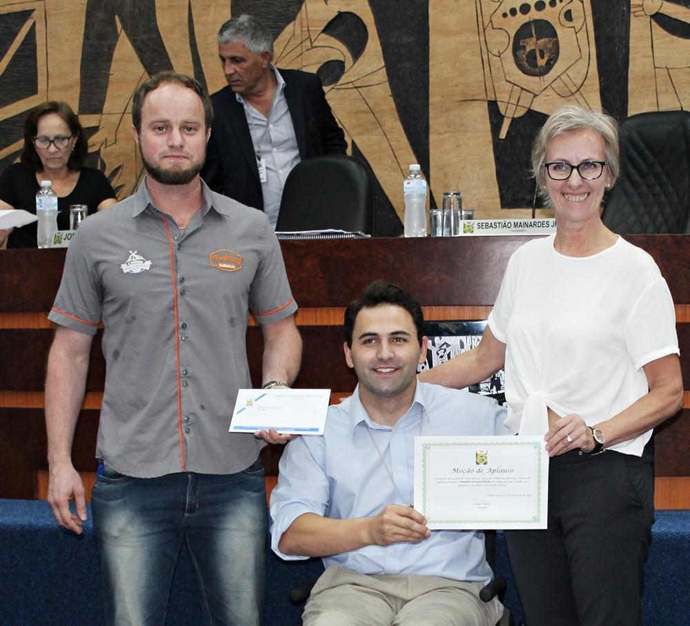 foto de Christian Dykstra, Felipe Passos e Frederica Boot Dykstra recebendo a moção