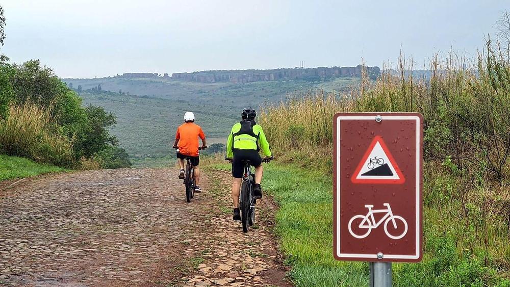 imagem do casal andando de bike pelo Parque