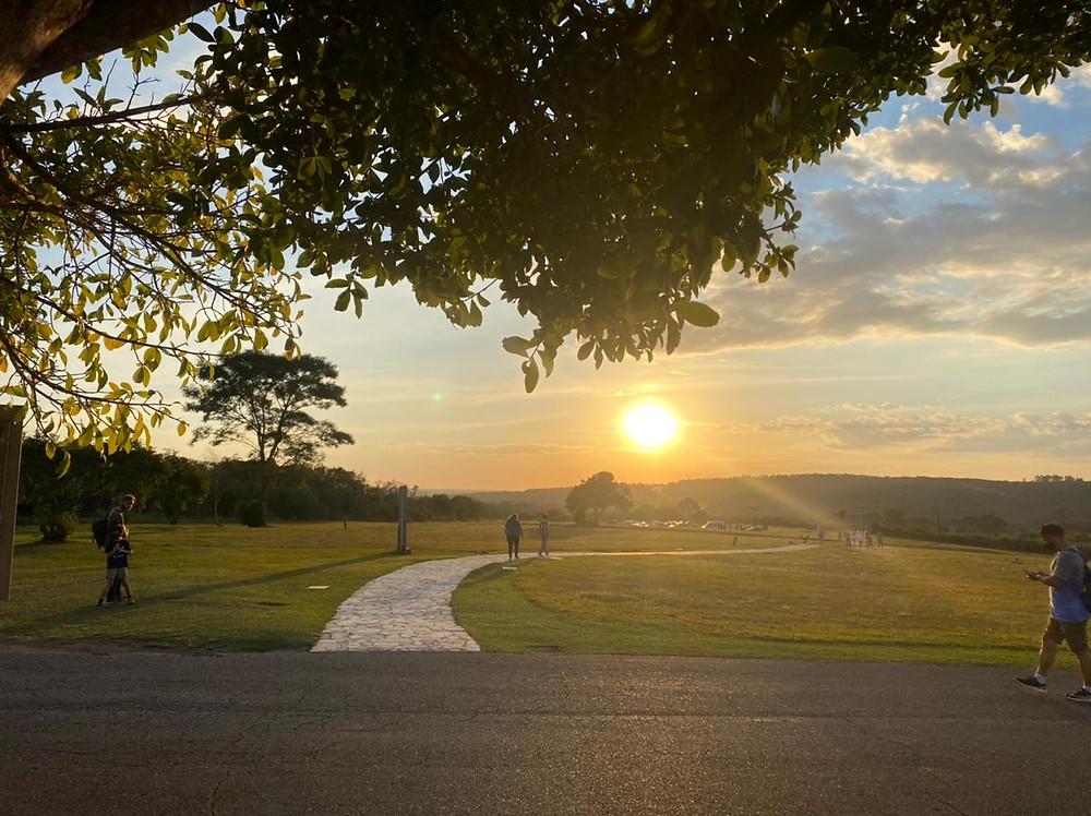 Imagem de um por do sol no Parque Vila velha com algumas pessoas ao fundo