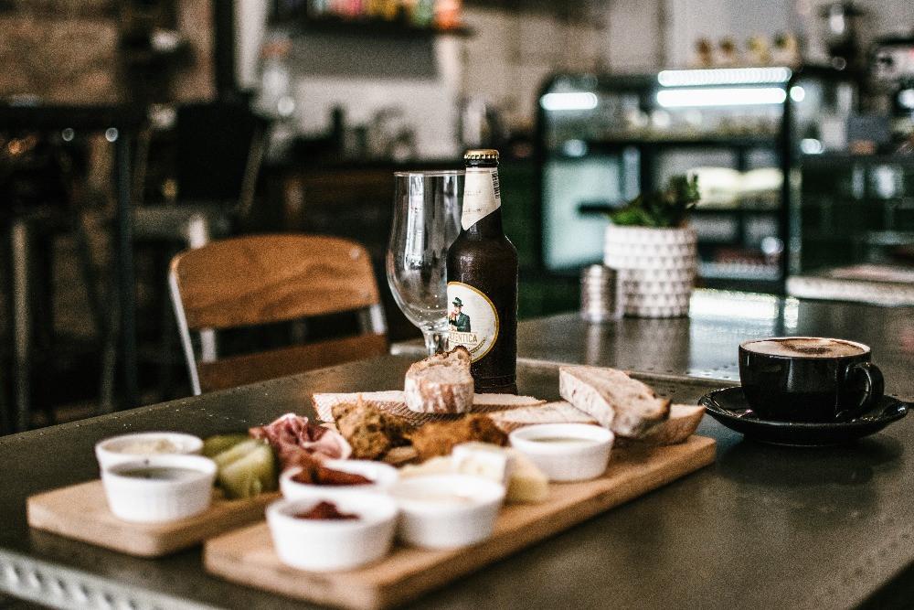 imagem de uma mesa com alimentos em um restaurante