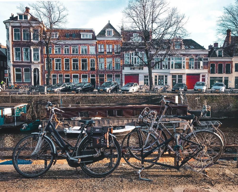 imagem de várias bicicletas e ao fundo as famosas casas holandesas