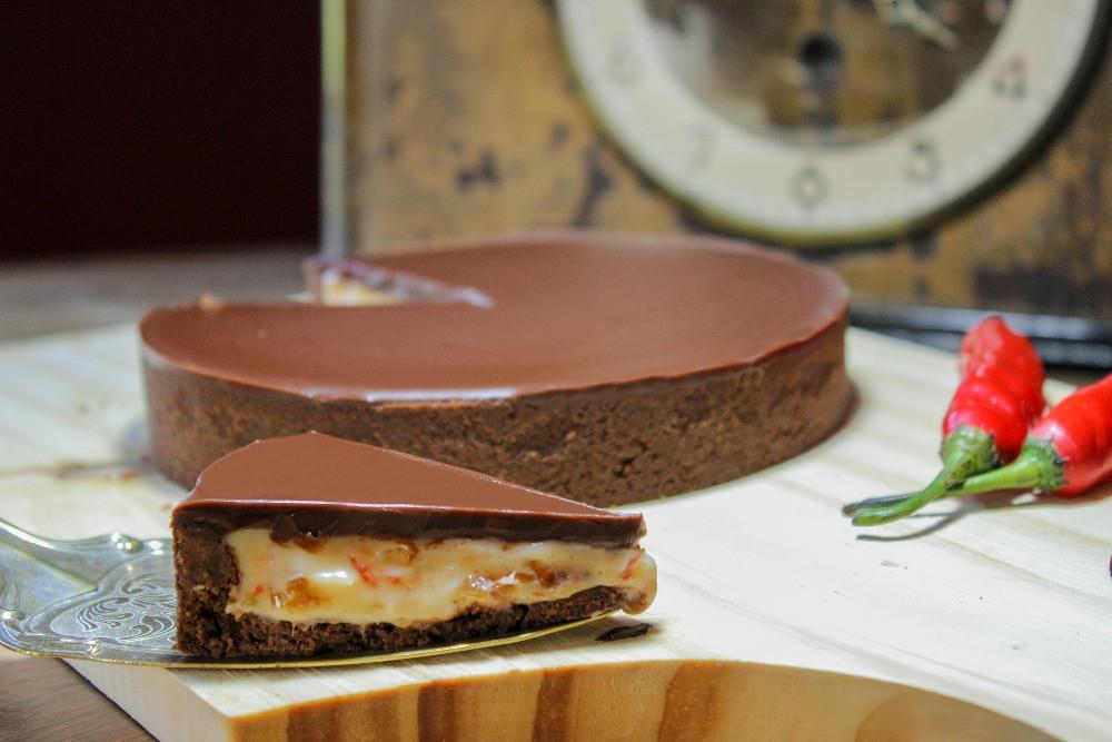 imagem de uma torta com uma fatia em destaque