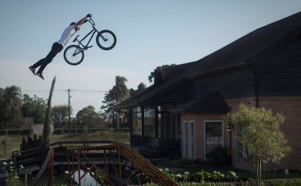 Marcelinho literalmente voando com sua bike em frente ao Frederica's