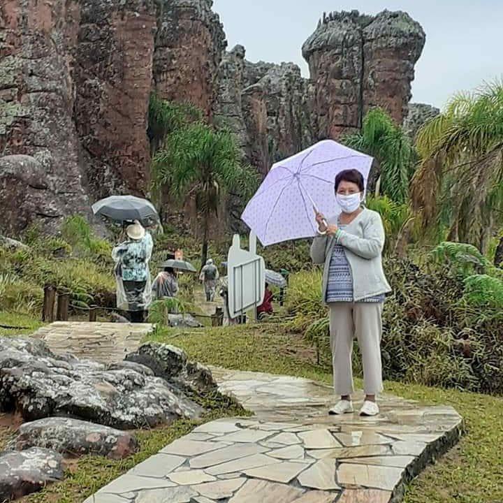 foto de uma mulher com guarda-chuva no Parque Vila Velha