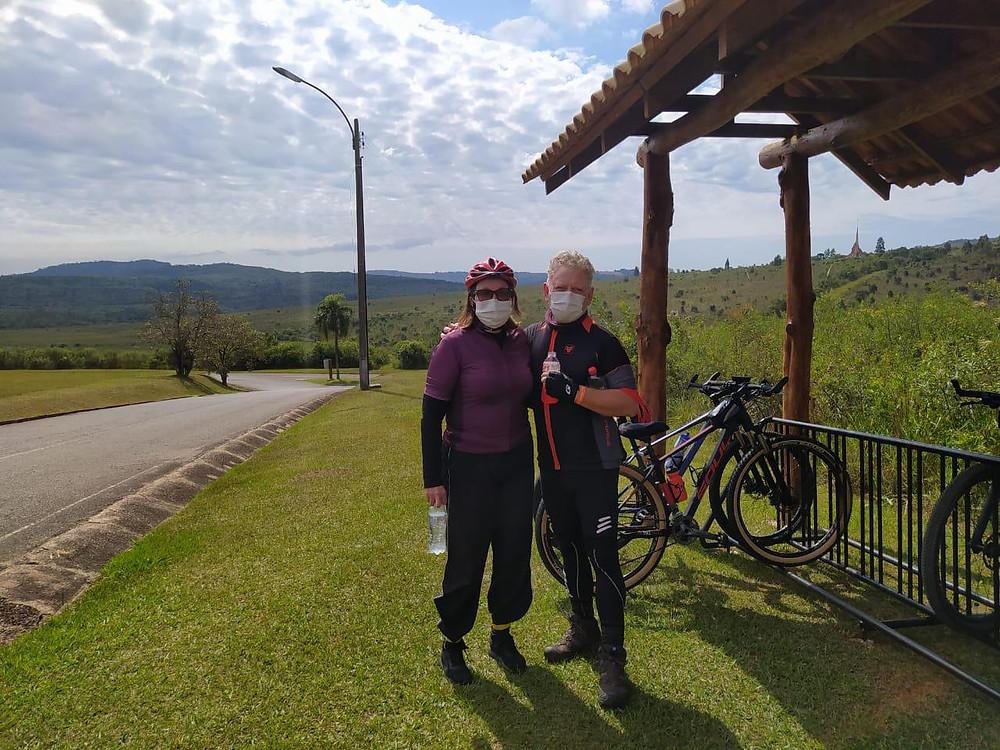 imagem do casal com a bike no Parque