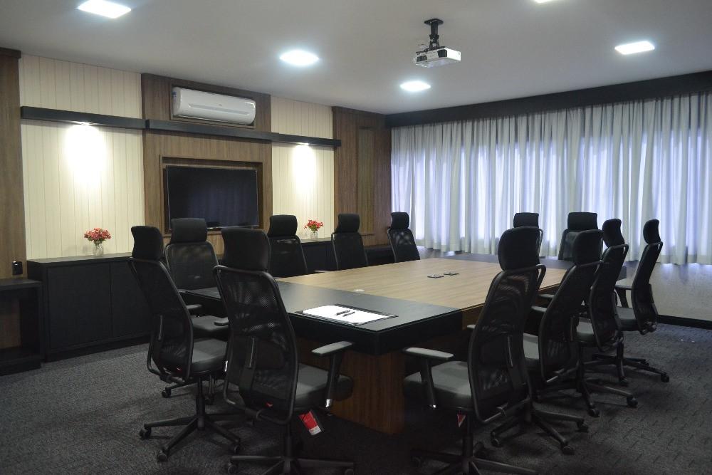 Imagem de uma sala de reuniões vazia