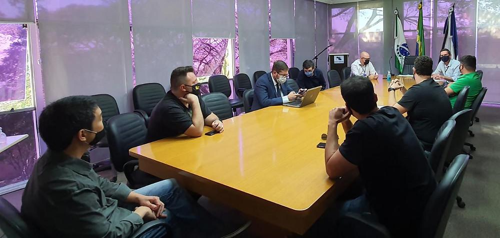 foto de uma reunião com 6 pessoas