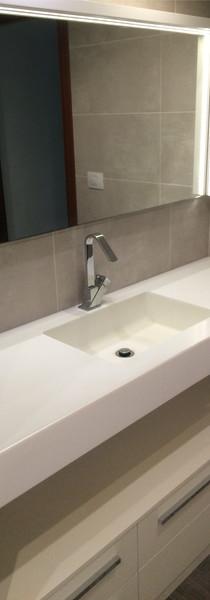 Mueble baño lacado con encimera y lavabo de Krion