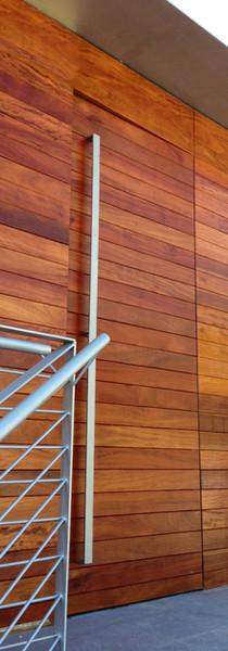 Portón y panelado contiguo en madera Iroko