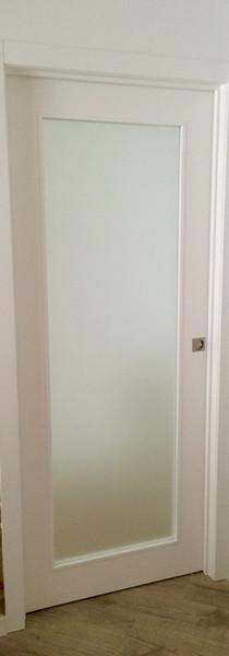 Puerta corredera lacada vidriera
