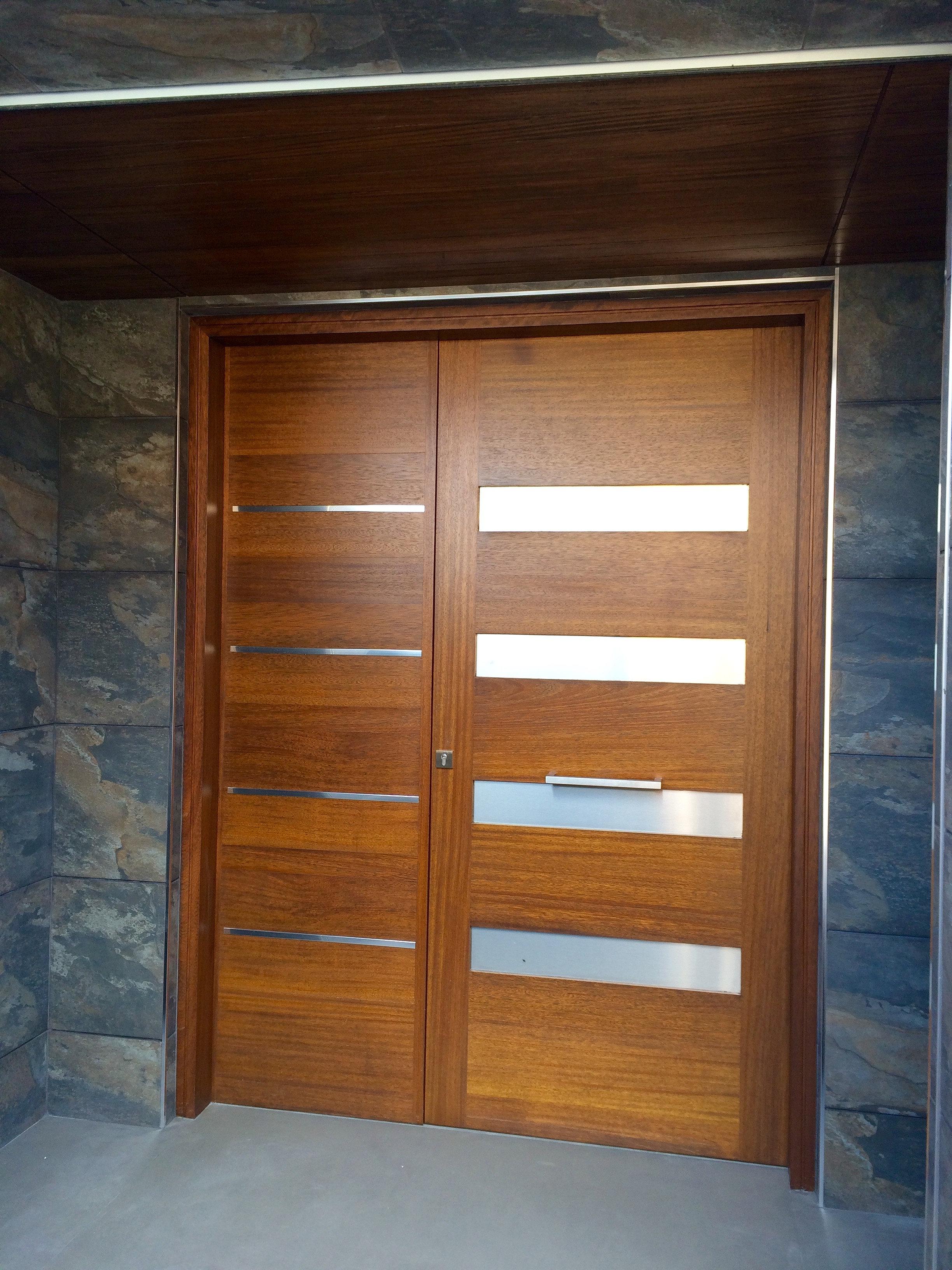 Puerta entrada madera elegant puerta exterior de madera for Puertas entrada madera maciza precios