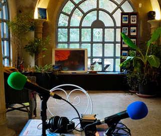 Installation d'un studio éphémère à la Casamaure à Saint-martin le vineux, dans le cadre d'un enregustrement pour le podcast Belvédère (c) Mariya Chernenko, printemps 2021