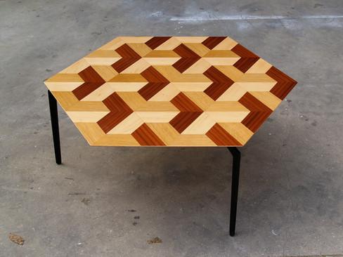 שולחן סלון מעוצב בפורנירים טבעיים