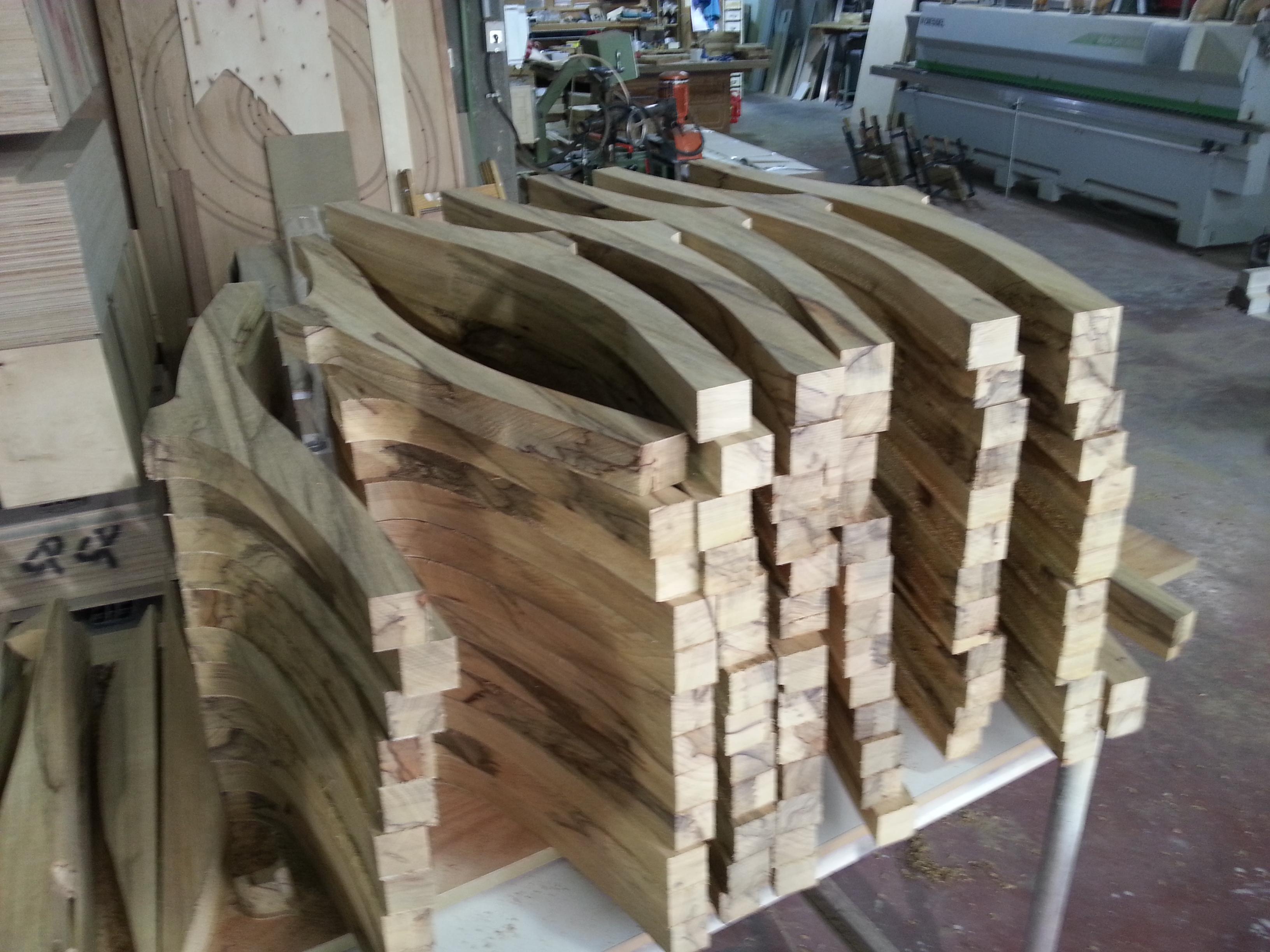 ייצור כסאות מעץ אגוז