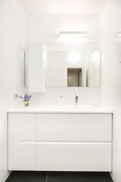 ארון אמבטיה תלוי אסימטרי בצבע לבן